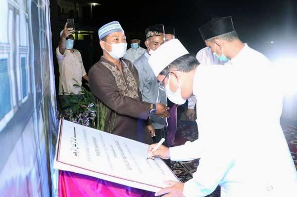 Bupati H. Anwar Sadat Menandatangani Papan Banner nama Masjid As-Shahabah. FOTO : PROKOPIM