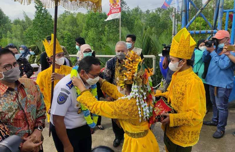 FOTO : Bupati Tanjab Barat H. Saftial bersma Dirjen Hubdat Kemenhub RI Budi Setiyadi Saat Penyambutan Sebelum Resmikan Pelabuhan Roro Kuala Tungkal, Jumat (29/01/21).