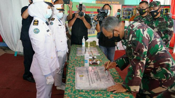 FOTO : Danrem 042 Garuda Putih, Brigadir Jenderal TNI M. Zulkifli Menandatangani Prasasti Perubahan Nama AKPER Garuda Putih Berubah Nama Menjadi STIKES Garuda Putih, Kamis (19/11/20).