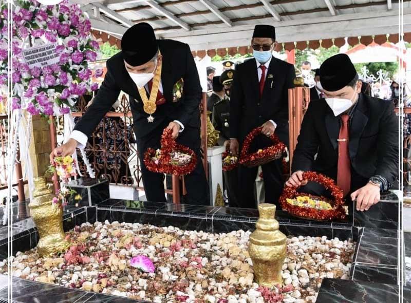FOTO : Wali Kota Jambi Dr. H. Syarif Fasha menjadi Inspektur Upacara Peringatan Hari Pahlawan Tahun 2020 di Makam Radden Mattaher , Selasa (10/11/20).