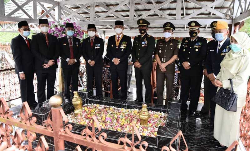 FOTO : Wali Kota Jambi Dr. H. Syarif Fasha menjadi Inspektur Upacara Peringatan Hari Pahlawan Tahun 2020, Selasa (10/11/20).
