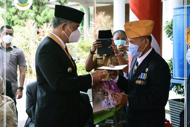 FOTO : Wali Kota Jambi Dr. H. Syarif Fasha Ketika Serahkan Tali Asih Kepada Veteran Usai Upacara Peringatan Hari Pahlawan Tahun 2020, Selasa (10/11/20).
