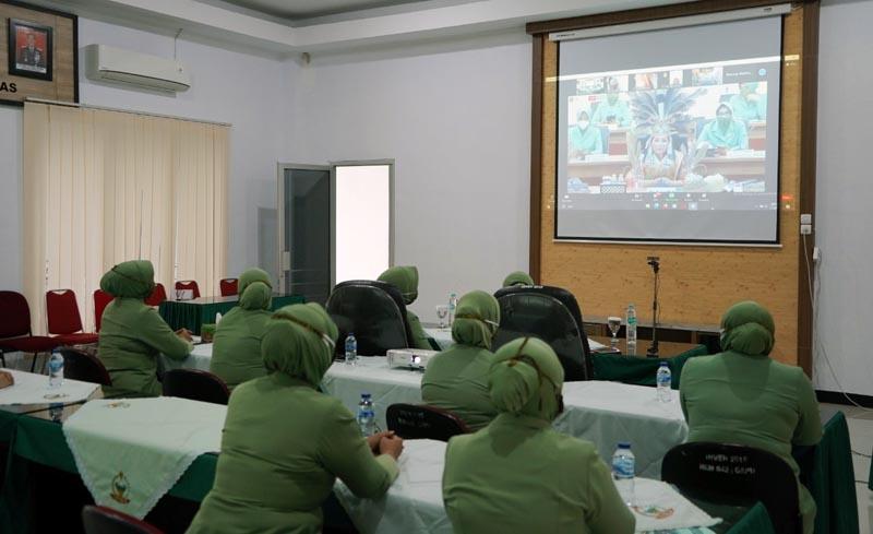 FOTO : Ketua Persit KCK Koorcab Rem 042 PD II/Sriwijaya, Ny Dewi Zulkifli beserta pengurus mengikuti Webinar Pelatihan Virtual Kriya Rotan Kalimantan Tengah Menyapa Dunia, Selasa (12/01/21).