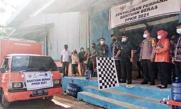 Bupati H. Anwar Sadat Saat Melepas Simbolis Mobil PT Pos Distribusi Beras PPKM wilayah Kecamatan Tungkal Ilir, Kamis (22/07/21). FOTO : AMR/HB
