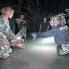 Anggota Satgas Pamtas RI-RDTL Yonif 742/ SWY Saat Mengamankan Barang Bukti Berserakan di Muara Sungai Pasca Pengagalan Dugaan Penyelundupan di Wilayah Perbatan RI-Timor Leste. FOTO : KHUSUS