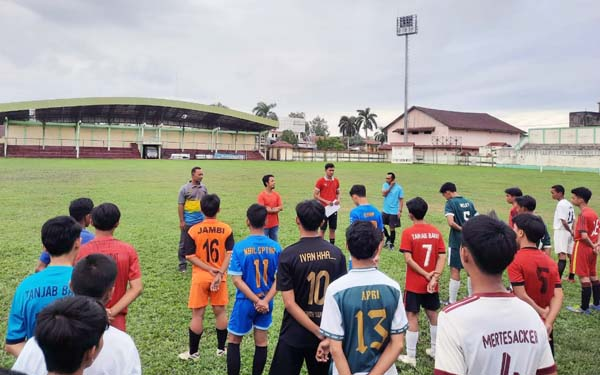 Tanjab Barat Tengah Melakukan Latihan dan Meeting dengan Pemain Menghadapi Liga Piala Soeratin U-17 Rayon Jambi Untuk Mempersiapkan Atlit Terbaik. FOTO : HB