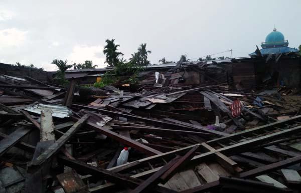 Serpihan Bangunan Rumah Warga Ambruk Dihantam Puting Beliung Sanglar. FOTO : BPBD