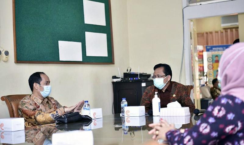 FOTO : Pjs. Gubernur Jambi Ir. Restuardy (Ardy) Daud, M.Sc Saat Rapat dengan Plt. Dinas Kesehatan Provinsi Jambi terkait Penanganan COVID-19, Kamis (15/10/20).