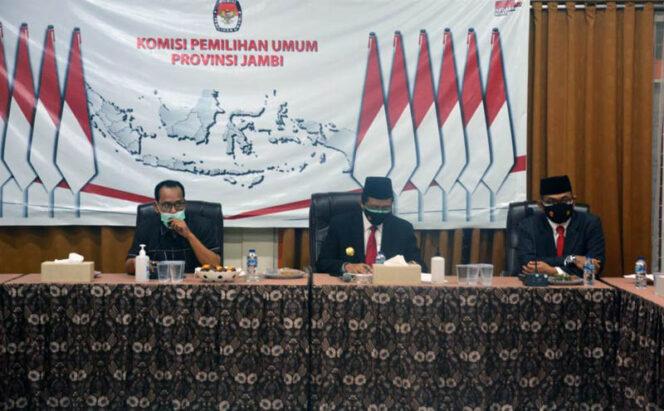 FOTO : Pjs Gubernur Jambi Ir. Restuardy Daud (Ardy) Saat Hadir Rapat Koordinasi di Kantor KPUD Provinsi Jambi, Senin (05/10/20).