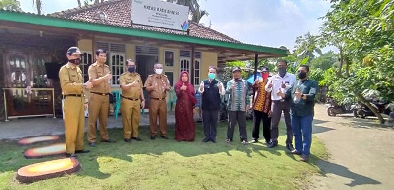 FOTO : Sujana selaku Manajer UPDK Jambi kembali menyalurkan sejumlah bantuan kepada kelompok pengrajin batik khas Jambi Kreasi Batik Annisa selaku mitra binaan CSR PT PLN (Persero) di kelurahan Payo Selincah, Senin (29/06/20).