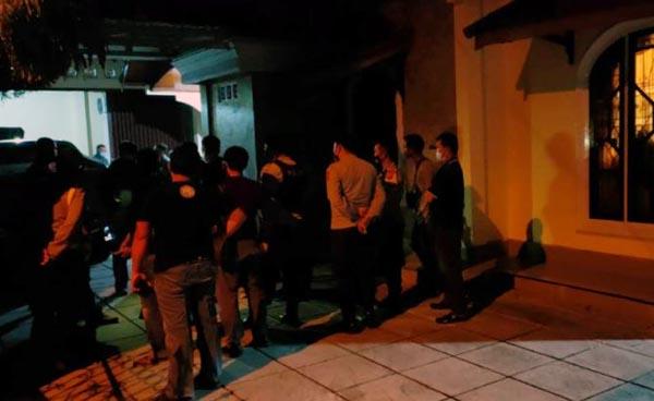 Polisi Saat Mendatangi dan Evakuasi Plt. Kelaksan BPBD Merangin di rumahnya Lingkungan Kebun Sayur Dusun Bangko, (Foto: Okezone.com/Nanang Fahrurozi)