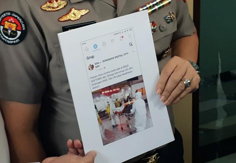 FOTO : Polisi Menunjukan Bukti Hoaks yang Disebarkan oleh Tersangka Pelaku Hoaks