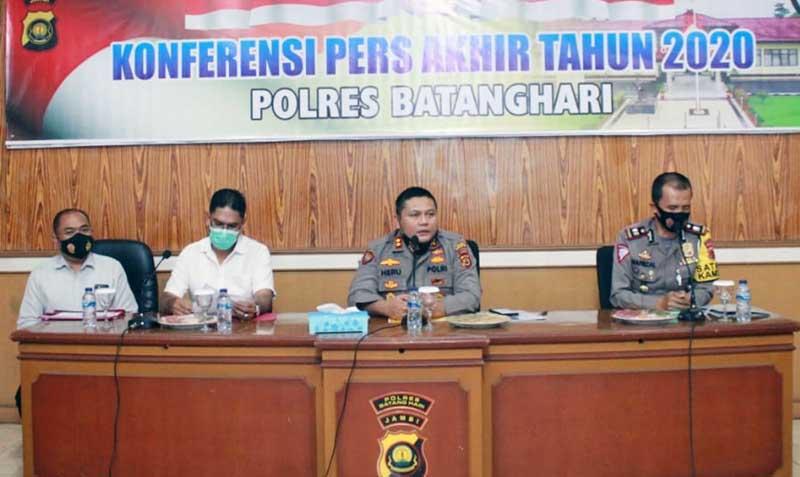 FOTO : Kapolres Batanghari AKBP Heru Ekwanto, S.IK Memimpin Pres Rilis Akhir Tahun 2020 di Mapolres Batanghari, Selasa (29/12/20).