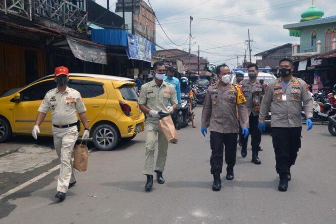 FOTO : Kapolres Tanjab Barat AKBP Guntru Saputro, S.IK, MH Bersama OKM dan OKP Membagikan Masker di Kota Kuala Tungkal, Rabu (20/10/20)