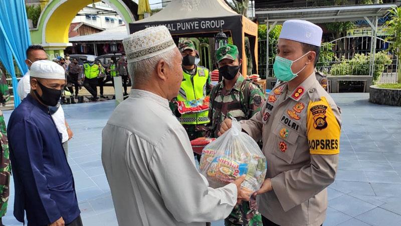 FOTO : Kapolres Tanjab Barat AKBP Guntur Saputro, S.IK, MH Memberikan Bantuan Sembako Pada Marbot Masjid Agung Al-Istiqamah Kuala Tungkal, Jumat (15/05/20)