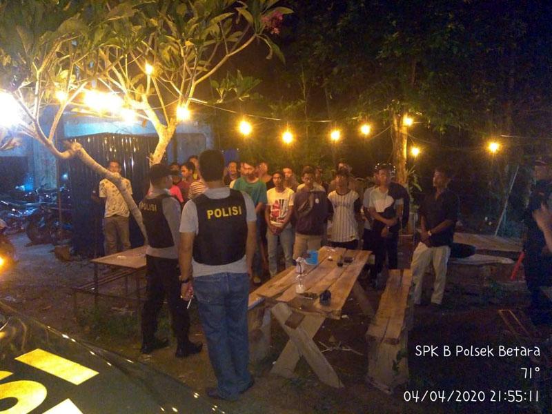 FOTO : Personil Polsek Betara Membubarkan Warga Nonkrong di Lesehan di RT 08 Dusun Kakmpung Tengah, Desa Pematang Lumut, Kecamatan Betara, Sabtu malam (04/04/20)