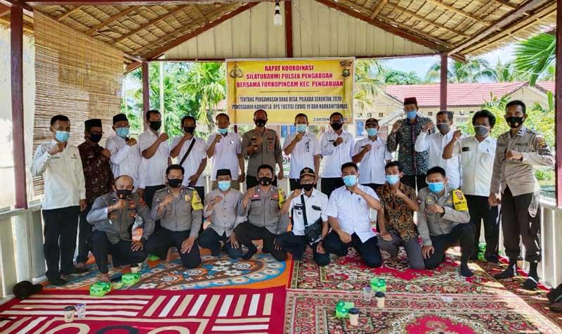 FOTO : Polsek Pengabuan menggelar Rapat Koordinasi Forkompincam dan Kades se Kecamatan Pengabuan, Rabu (02/12/20).