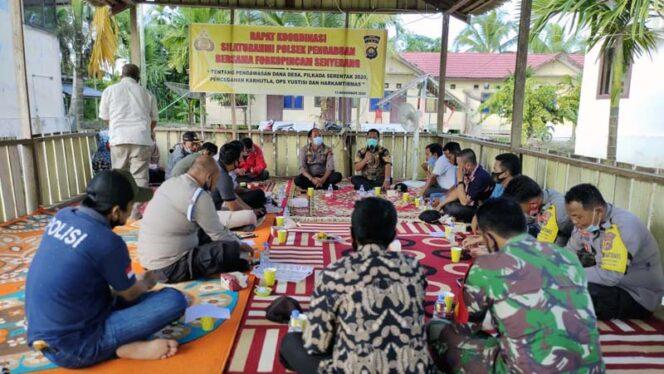 FOTO : Kapolsek Pengabuan IPTU Edi Purnawan, SH menggelar Rapat Kooordinasi dan Silaturahmi dengan Camat, Lurah dan seluruh Kades Kec. Senyerang di Saung Polsek Pengabuan, Kamis (13/11/20).