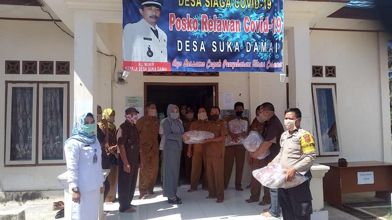 FOTO : Kepala Desa Suka Damai Kecamatan Ali Munir menggelar rapat koordinasi BLT untuk antisipasi virus Covid-19 di Kantor Desa Suka damai yang sekaligus Posko Satgas Penangaanan Corona, Senin (20/04/20).