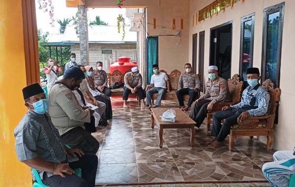 Kapolres Tanjab Barat AKBP Guntur Saputro, SIK, MH didampingi Kapolsek Betara AKP S Harefa melaksanakan kunjungan dan diskusi lapangan di PPKM Mikro Desa Betara Kanan, Kecamatan Kuala Betara, Jumat (02/07/21).
