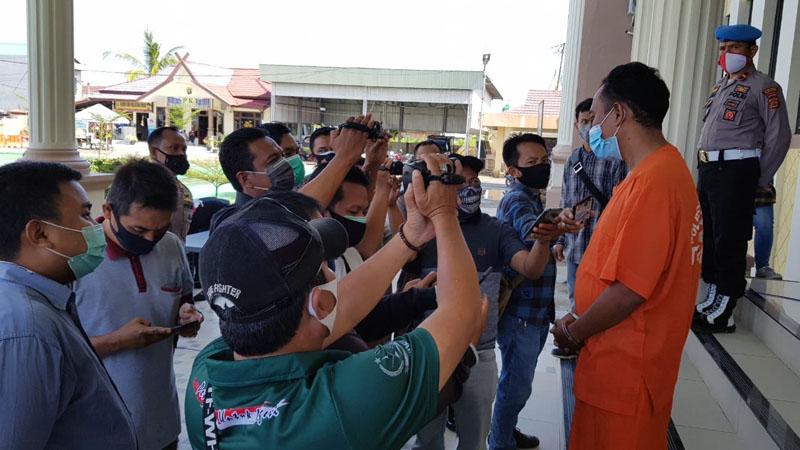 FOTO : AS Menceritkan Kejadian dan Penyesalanya Kepada Wartawan di Polres Tanjab Barat, Jumat (02/10/20).
