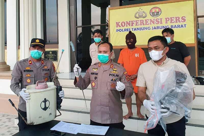 FOTO : Kapolres Tanjab Barat AKBP Guntur Saputro, SIK, MH saat Memberikan Keterangan Pers Kasus Pembakaran Lahan, Kamis (25/02/21)