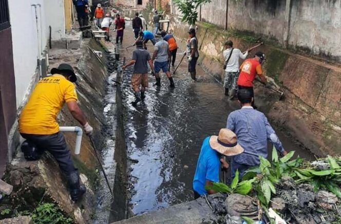 FOTO : Para Pekerja Melakukan Kebersihan Saluran Perairan Program Padat Karya Tunai Kali Bersih