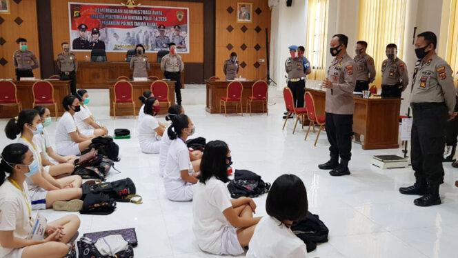 FOTO : Kapolres Tanjabbar AKBP Guntur Saputro, SIK, MH Memberikan Arahan Kepada Peserta Casis Bintara Polri 2020 sebelum Pelaksanaan Rakmin, Jumat (21/08/20).