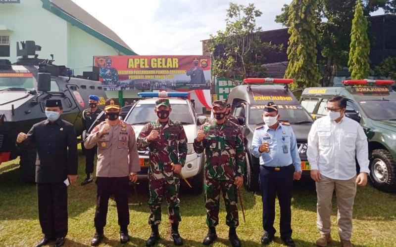 FOTO : Panglima Kodam II/Sriwijaya Mayjen TNI Agus Suhardi mengecek Kesiapan Sarana Pendukung Pengamanan Pilkada 2020 di Makorem 042/Gapu Jambi, Selasa (08/09/20).