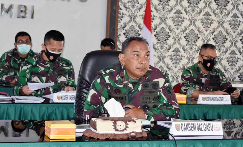 FOTO : Danrem 042/Garuda Putih Brigjen TNI M. Zukfili menerima paparan satuan dalam rangka kesiapan menghadapi Lomba Binter dan Lomba Binsat tingkat Kodam Tahun Anggaran 2020-2021, secara virtual diruang rapat Makorem 042/Gapu, Selasa (02/02/21).