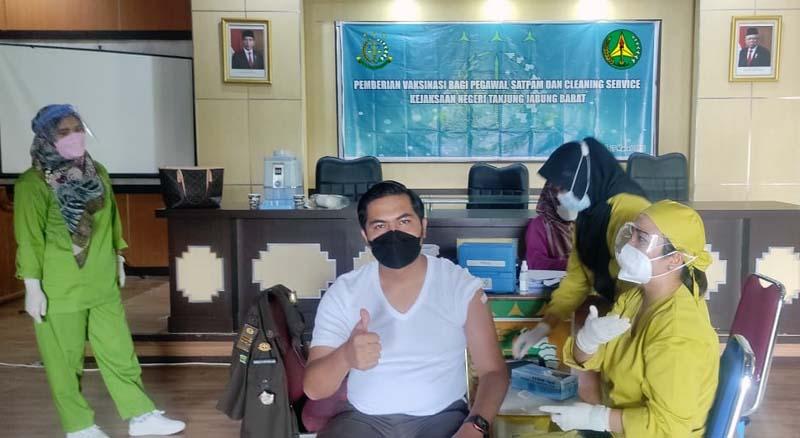 FOTO : Pegawai Kejaksaan Negeri (Kejari), Kabupaten Tanjung Jabung Barat di vaksinasi, Rabu (17/03/21).