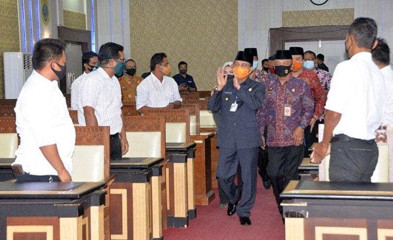 FOTO : Gubernur Jambi H. Fachrori Umar Melaksanakan Pelantikan Dewan Pertukangan Nasional Pengurus Bedeng Wilayah Provinsi Jambi (DPN-PBW Perkasa) periode 2020-2025 di Ruang Pola Kantor Gubernur Jambi, Kamis (30/07/20)