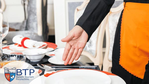Tertarik dan ingin berkarier di industri F&B, seperti restoran dan banquet? Sebelum terjun menjadi pekerja profesional, pahami dulu keenam jenis pelayanan restoran berikut ini! FOTO : ITE-BA