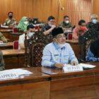 FOTO : Bupati Tanjab Barat H. Anwar Sadat Saat Memimpin Vicon Audensi dengan Bappenas RI. (FOTO : Prokopim