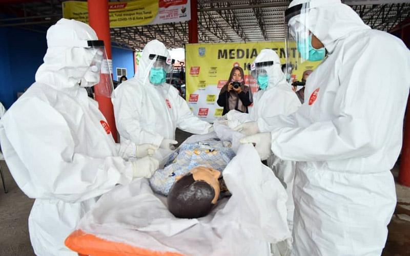 FOTO : Tim Relawan Saat Mengikuti Pelatihan Memandikan dan Pemakaman Jenazah Covid 19 di Posko Gugus Tugas Covid-19 Mako Damkar Kota Jambi, Kamis (30/04/20).