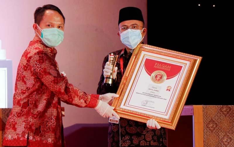 FOTO : Wakil Wali Kota Jambi Dr. dr. H. Maulana, MKM yang mewakili Bapak Wali Kota Jambi pada malam Penganugerahan IGA 2020 di Jakarta (18/12/20). IG Humas Pekot Jambi