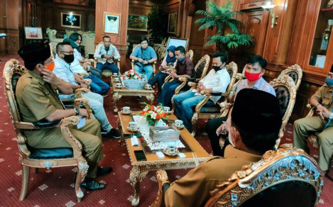 FOTO : Pengurus Serikat Media Siber Indonesia (SMSI) Provinsi Jambi Saat Silaturrahmi dengan Gubernur Jambi Fachrori Umar di ruang kerja Gubernur, Selasa (11/08/20).