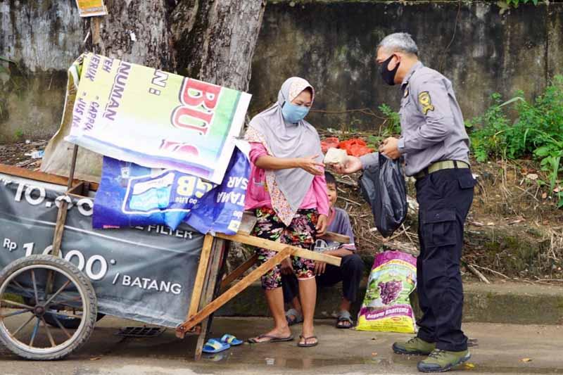 FOTO : Penrem 042/Garuda Putih Melakukan Kegiatan Bagi-Bagi Nasi Bungkus Kepada Warga Kurang Mampu Diseputaran Kota Jambi dalam Rangka HUT Dispenad Ke-70, Rabu (13/01/21).