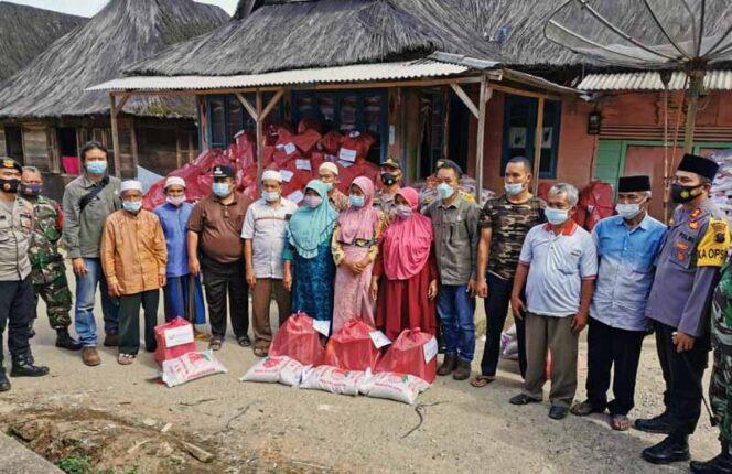 FOTO : Penyerahan Sembako dari PT Sorik Marapi Geothermal Power (PT SMGP) Kepada Warga, Minggu (31/01/21)