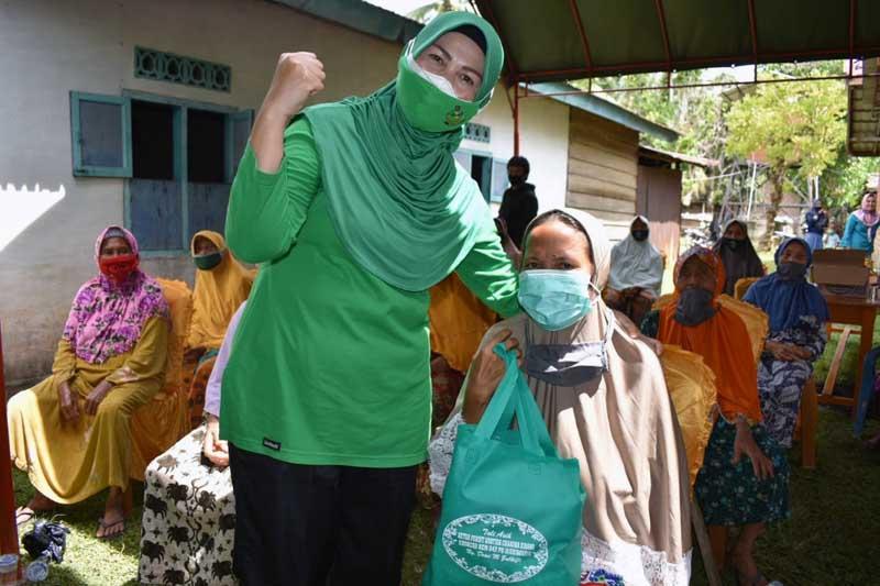 FOTO : Persit KCK Koorcab Rem 042 PD II/Sriwijaya mengadakan Bakti sosial di Desa Sungai Puar, Kec, Muara Tembesi, Kab. Batanghari, Senin, (21/12/20).