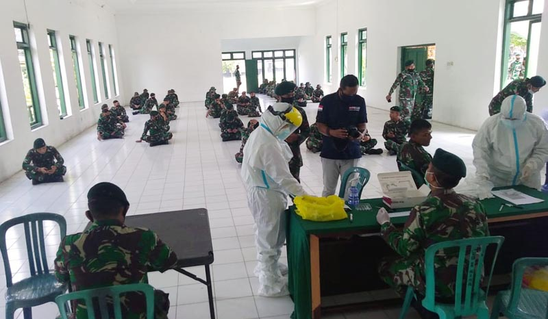 FOTO : Puluhan personel TNI yang akan ikut membantu pelaksanaan TMMD Reguler ke-110 Kodim 0415/Batanghari Saat Menjalai Rapid Test.