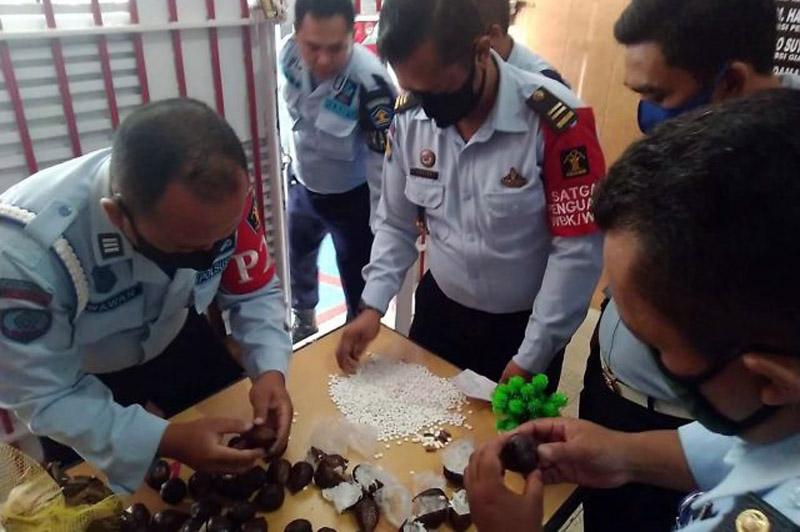FOTO : Pil koplo dalam buah salak yang diduga hendak diselundupkan ke dalam Lapas Kelas IIB Jombang, Jawa Timur pada Senin (24/08/20).