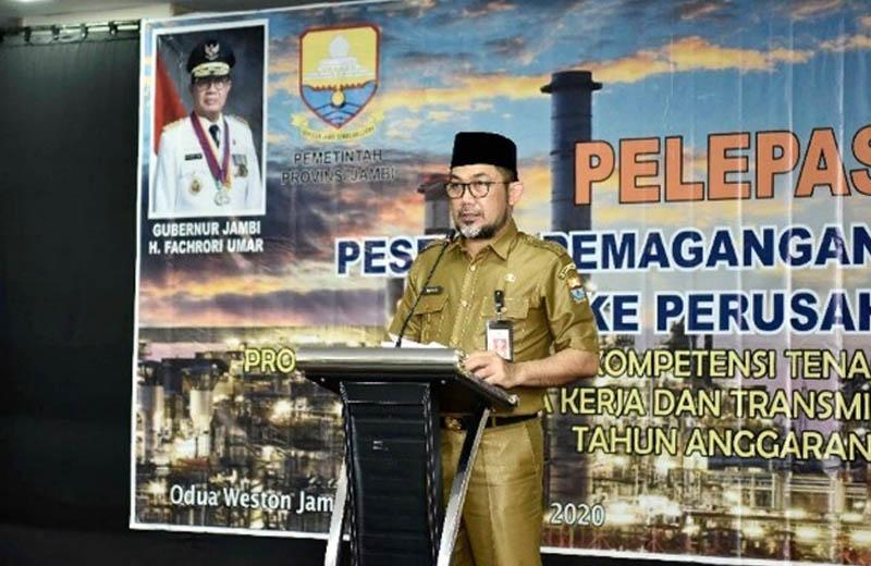 FOTO : Penjabat Sekretaris Daerah Provinsi Jambi H. Sudirman melepas 270 orang peserta pemagangangan dalam negeri ke perusahaan di Provinsi Jambi tahun 2020 di Hotel O2 Weston, Kota Jambi, Senin (10/8/2020).