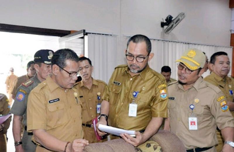 FOTO : H. Sudirman, SH, MH (tengah) Pj. Sekda Provinis selaku Wakil Ketua Gugus Tugas Covid-19 Provinsi Jambi H. Sudirman, SH, MH