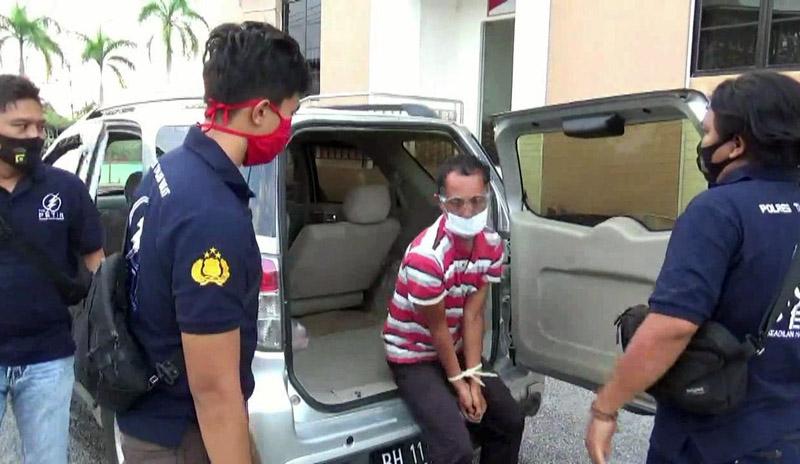 FOTO : Pelaku AG Ketika Diamankan Tim Petir Polres Tanjab Barat, Jumat 28/08/20)