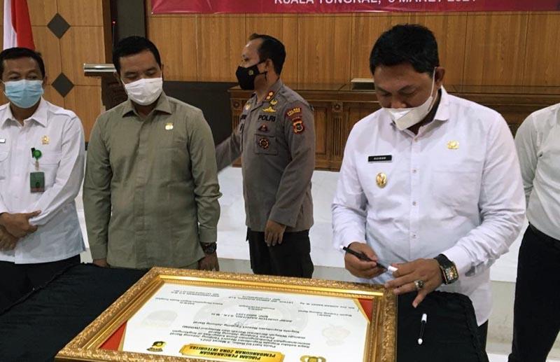 FOTO : Wakil Bupati Tanjung Jabung Barat Hairan, SH Menandatangani Berita Acara Deklarasi Janji Kerja dan Pencanangan Pembangunan ZI menuju WBBM di Mapolres Tanjab Barat, Rabu (03/03/21).