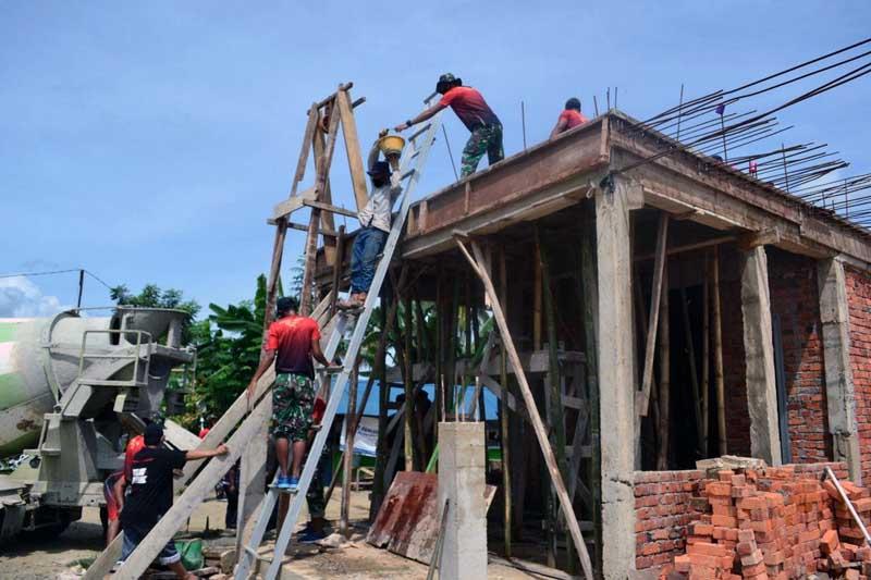 FOTO : Satgasmar Ambalat XXVI BKO Guspurla Koarmada II Membantu Warga Masyarakat Membangun Mushola di desa Tanjung Aru Kec. Sebatik Timur, Kab. Nunukan Kalimantan Utara, Senin, (08/02/21).