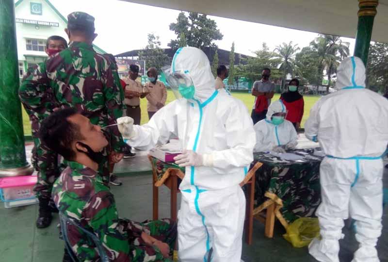 FOTO : Prajurit dan PNS Korem 042/Gapu Saat Mengikuti Rapid Test Antigen di Tribun Upacara Makorem 042/Gapu, Selasa (12/01/21).