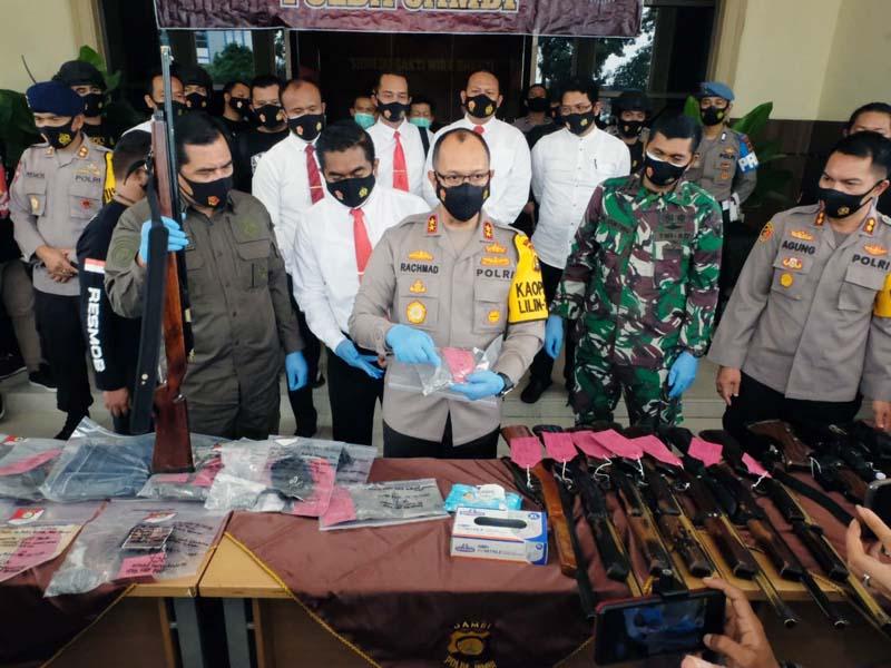 FOTO : Kapolda Jambi Irjen Pol A. Rachmad Wibowo, S.IK Press Realese Ungkap Kasus Tindak Pidana Pengrusakan dan Penembakan di Kabupaten Kerinci, Senin (28/12/20).
