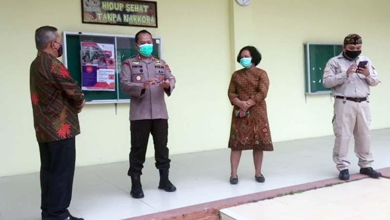 FOTO : Wadansatgas Covid 19 Tanjabba yang juga Kapolres Tanjab Barat AKBP Guntur Saputro, SIK, MH saat Memantau Prokes di SMA Negeri 1 Tanjab Barat, Kamis (18/02/21)
